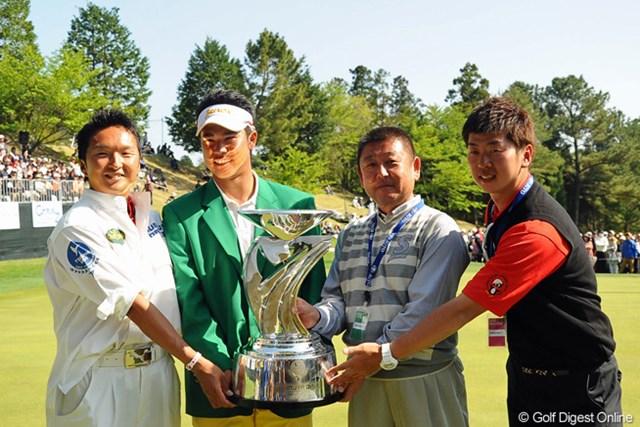 プロ初勝利だった4月の「つるやオープン」でカップとともに記念撮影した阿部靖彦監督(写真右から2人目)