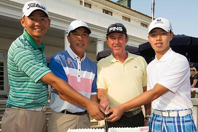 2013年 香港オープン 事前情報 (左から)ジェイソン・ハク、張連偉、M.A.ヒメネス、グァン・ティンラン ケーキカットのセレモニーに参加した(左から)ジェイソン・ハク、張連偉、M.A.ヒメネス、グァン・ティンランら注目選手たち(Getty Images)