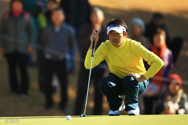2013年 ゴルフ日本シリーズJTカップ 初日 山下和宏 ダブルボギーを叩いた直後の12番でバーディ。山下はいったんは崩れたリズムを取り返して上位発進を決めた。