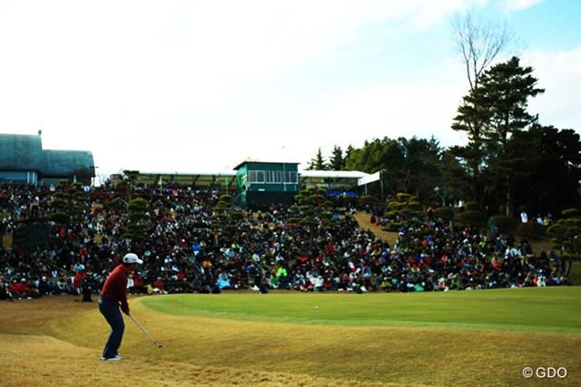 2013年 ゴルフ日本シリーズJTカップ 最終日 宮里優作 18番アプローチは大トップ。まさか・・・の空気が流れ始めます。