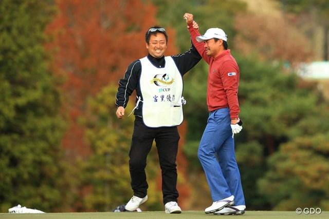 2013年 ゴルフ日本シリーズJTカップ 最終日 宮里優作 優勝を決めた瞬間、キャディの杉澤さんに支えられて、やっと立っていられるほど。もう全身の力が抜けて、立つ事も、ギャラリーの声援にも応えられない無気力状態に。