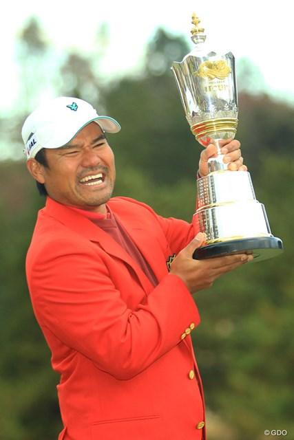 2013年 ゴルフ日本シリーズJTカップ 最終日 宮里優作 「重ーいっ!」と一言。そう、これが11年分の優勝トロフィーの重みですね。
