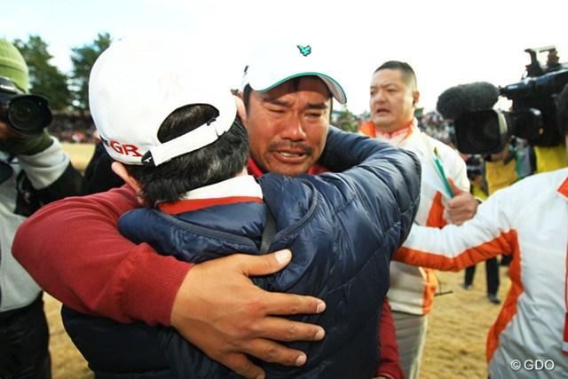 2013年 ゴルフ日本シリーズJTカップ 最終日 宮里優作 父・宮里優さんを見つけて、抱き合って号泣。