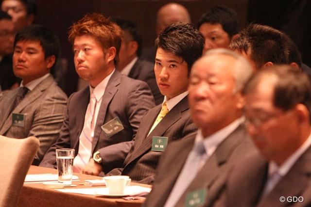 ジャパンゴルフツアー表彰式の前に、反社会的勢力対策セミナーに出席した選手たち