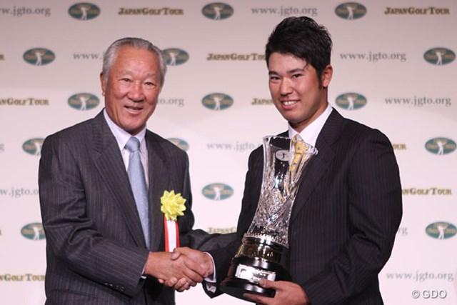 史上初となる本賞9冠を達成した松山英樹とプレゼンターの青木功