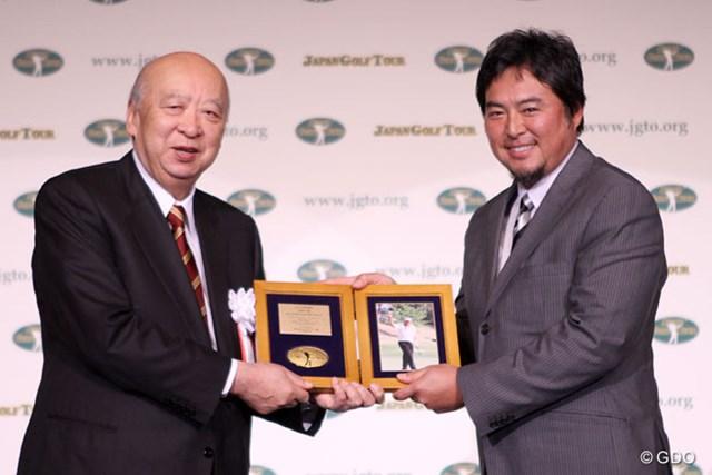 特別賞を受賞した尾崎将司の代理として出席した長男・尾崎智春氏