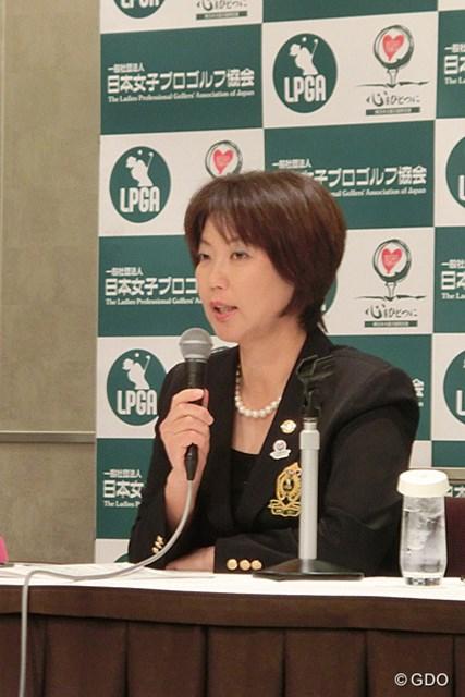 2013年 ホットニュース 小林浩美LPGA会長 2014年のスケジュール発表時に試合増加に感謝を述べる小林浩美LPGA会長