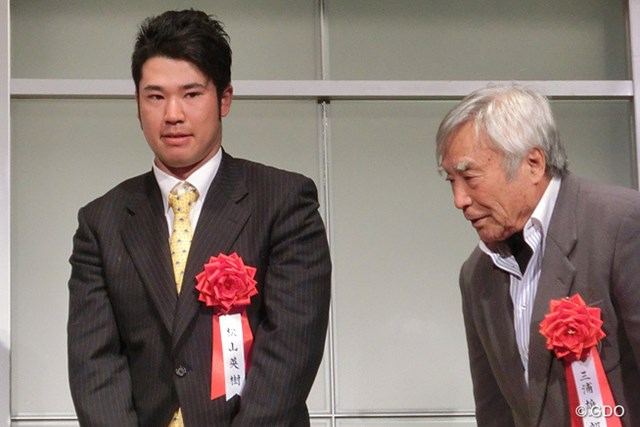 2013年 松山英樹 スポーツニッポンフォーラム「FOR ALL2013」の表彰式に出席した松山英樹。右は三浦雄一郎氏