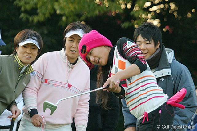 ラウンド後は女子プロの大場美智恵、渡辺聖衣子、有村智恵とパッティング勝負に参加した石川遼