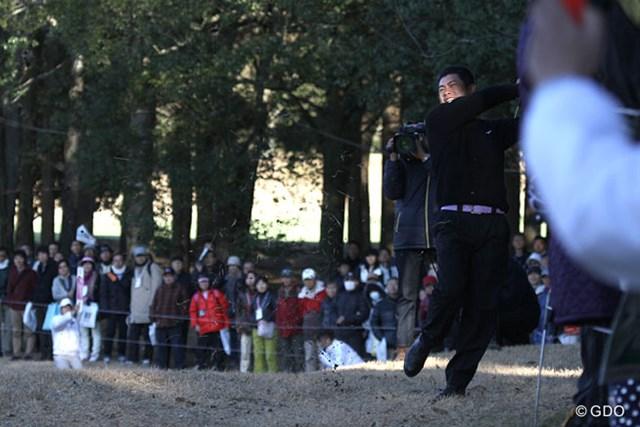 最終ホール、ティショットを左に曲げた池田勇太は思いきりフックを掛けてグリーンを狙う