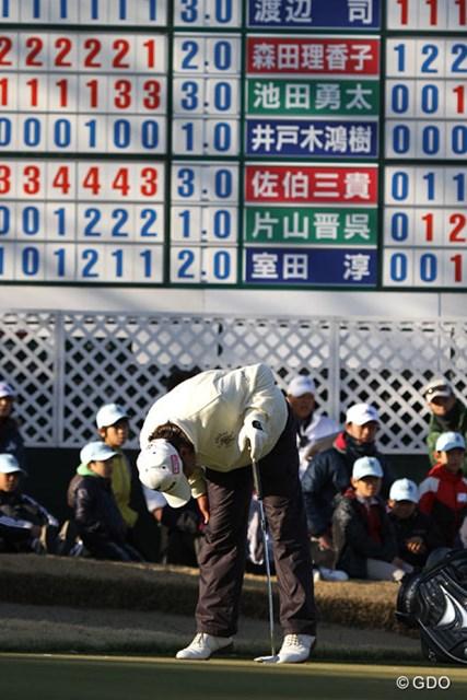 池田勇太、森田理香子とのシングルス対決、最後決めれば単独トップのパットが決まらず・・・悔しがる井戸木鴻樹