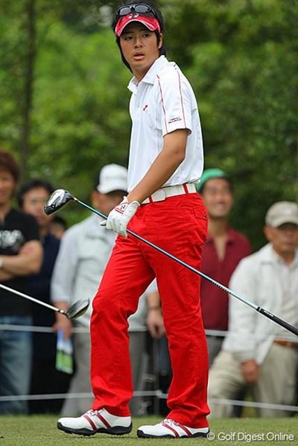 ドライバーショット後、ボールの行方を心配そうに見つめる石川遼