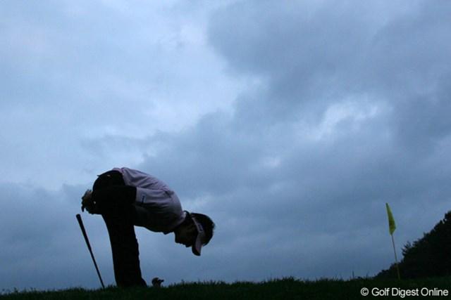 日没迫る15番、グリーン奥からのアプローチがカップをかすめ悔しがる石川遼