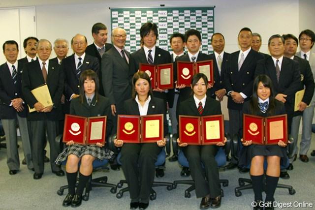 受賞者とJGA、及び学校関係者(前列左から木戸愛、森田理香子、川満陽香理)