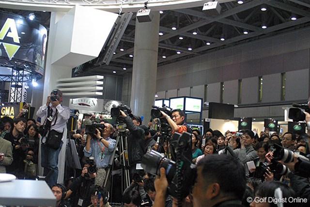 報道関係の後ろには石川を一目見ようと多くのファンが押し寄せた