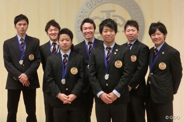 2013年  JGA男女ナショナルチーム合同慰労会 大堀裕次郎 ナショナルチーム慰労会に出席した大堀(写真左端)は、記念撮影でも終始引き締まった表情だった