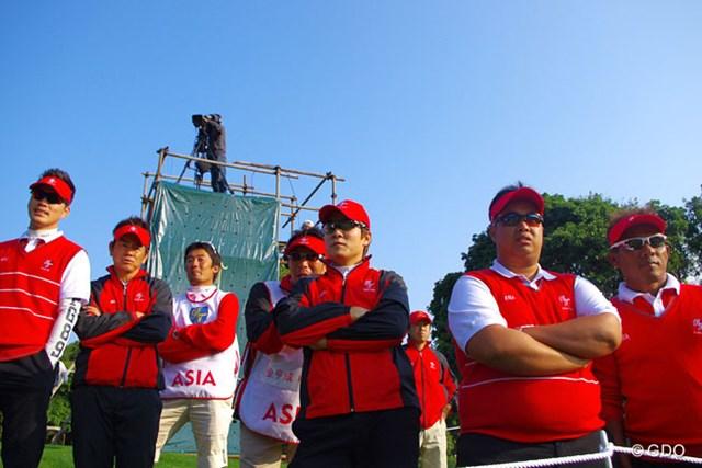 最終組の中国ペアを応援する藤田寛之(左から2人目)らアジア選抜チーム