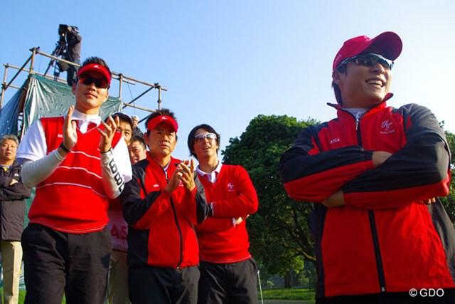 2013年 ザ・ロイヤルトロフィ 初日 アジア選抜チーム 最終組の中国ペアを応援する藤田寛之、石川遼(中央)らアジア選抜チーム