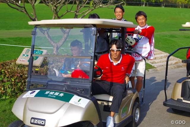 2013年 ザ・ロイヤルトロフィ 初日 石川遼 颯爽とカートを乗り回し、最終組の応援に向かう石川遼