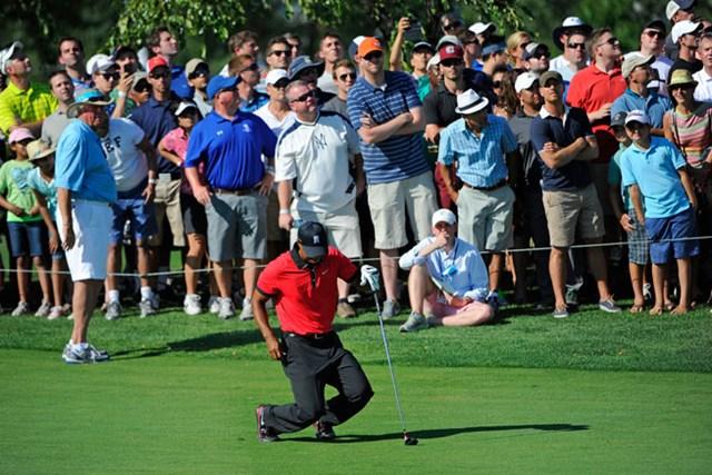 2013年 ザ・バークレイズ 最終日 タイガー・ウッズ プレーオフ初戦でのヒトコマ。13番でセカンドショットを打ったタイガーは、直後にフェアウェイへと崩れ落ちた(Chris Condon/PGA TOUR)