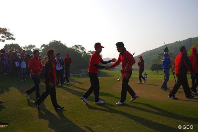 2013年 ザ・ロイヤルトロフィ 最終日 アジア選抜 最終日最終組までもつれた勝負の行方。マッチプレーにはストロークプレーとは違った魅力が詰まっている。