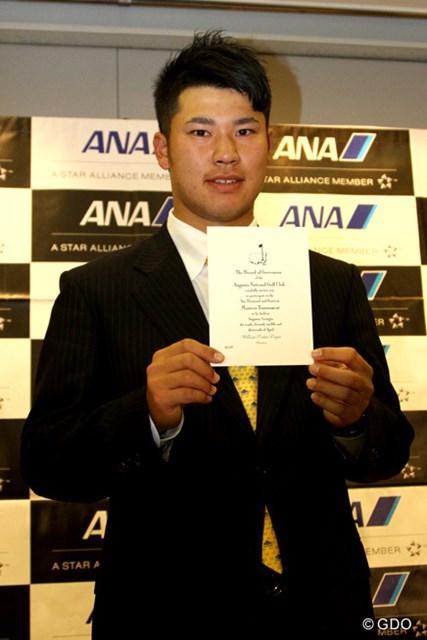出国会見で、3度目の出場となる「マスターズ」招待状をお披露目した松山英樹