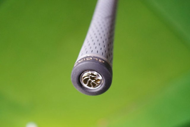 新製品レポート テーラーメイド グローレ ドライバー ウィメンズ グリップエンド部分にも、ひっそりとライオンのブランドロゴが・・・