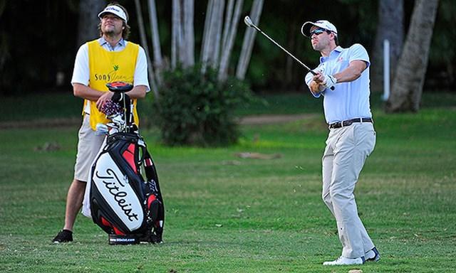 アダム・スコットは友人のプロサーファー、ベンジー・ウェザリーにキャディを任せてプレーしている(Chris Condon/PGA TOUR)
