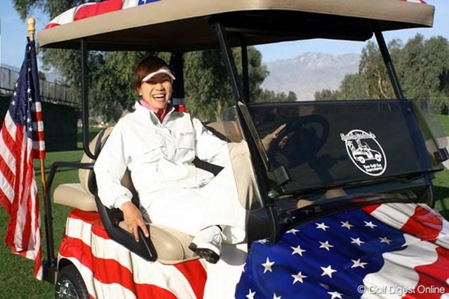 アメリカ国旗をあしらったカートに乗りご満悦の大山志保