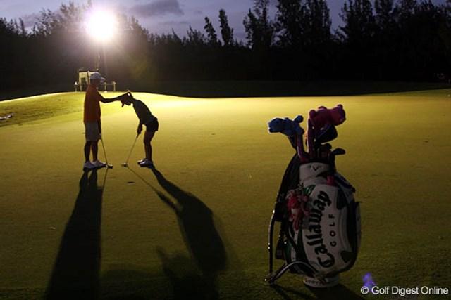 投光器がグリーンを照らす中、黙々とパッティング練習をする上田桃子