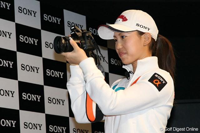 ソニー製のデジタル一眼レフカメラを手に「私、センスありますよ!」