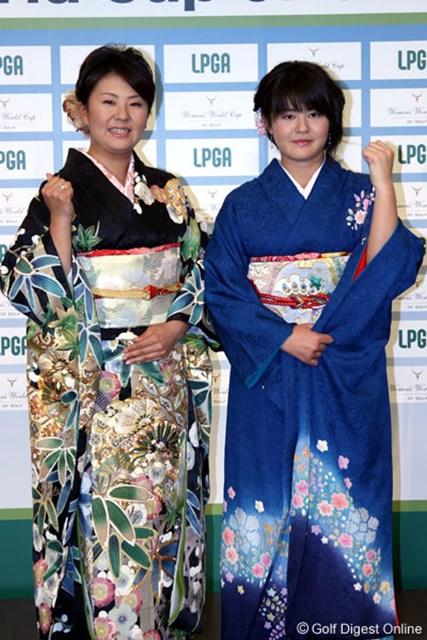 日本らしく晴れ着で登場した佐伯三貴(左)と諸見里しのぶ(右)