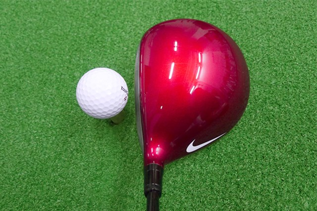 ヘッド体積460ccの丸型。鮮やかな赤色で、クラウンのヒール側には大きめのスウッシュマークが入っている
