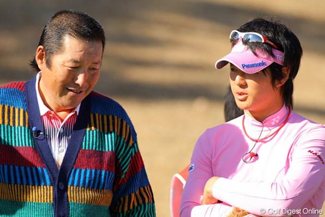 談笑しながら9ホールをラウンドしたジャンボ尾崎&石川遼