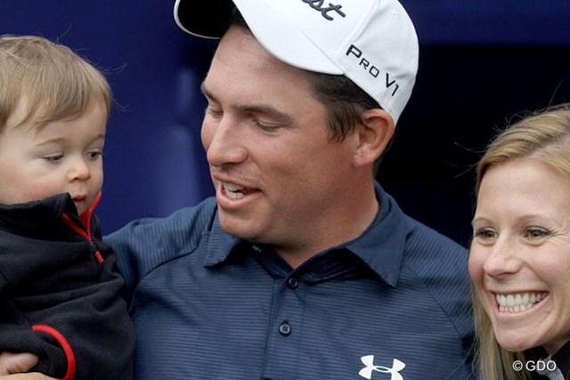 去年のヒュマナで負けた直後に生まれた息子と奥さんに囲まれ、優勝を喜ぶS.ストーリングス