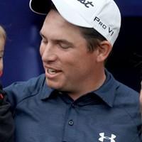 去年のヒュマナで負けた直後に生まれた息子と奥さんに囲まれ、優勝を喜ぶS.ストーリングス 2014年 ファーマーズインシュランスオープン 最終日 スコット・ストーリングス