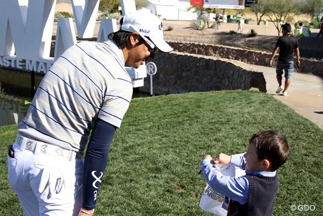 練習ラウンド中、きさくに子供のサインに応じる石川遼。出場なるか?