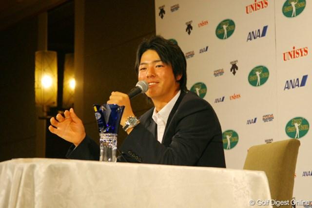 今季の振り返りと来季への抱負を、笑顔を交えながら語った石川遼