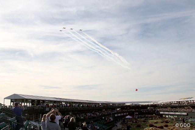 さすがアメリカ。イベントに合わせて上空を飛行機の編隊が通過する