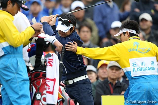 初日のラウンド中もキャディと肩の入りをチェックする石川遼