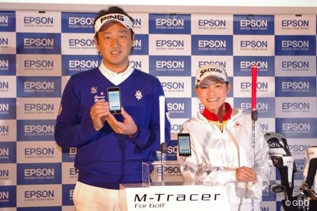 「今年は海外で優勝争いを」。EPSONの新商品発表会に出席した横峯さくら(写真右)と堀尾研仁(左)