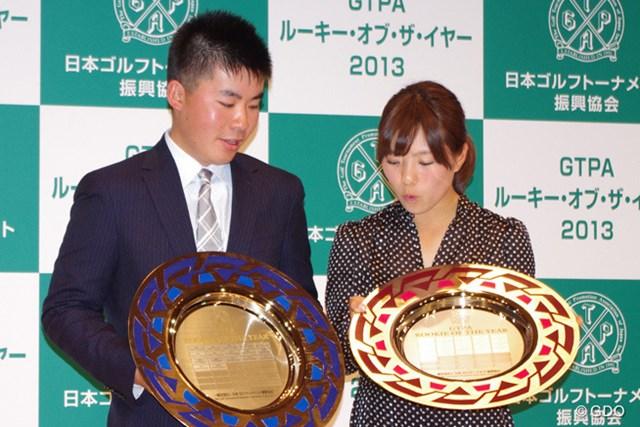 歴代受賞者の名前が刻印された盾を覗き込む川村と堀