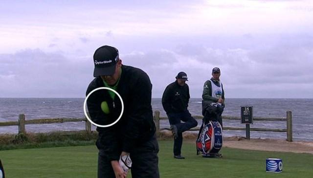 2日目の18番で待ち時間にスポンジボールを脇に挟んで(※白い円の中)素振りをして失格となったD.A.ポインツ(写真:PGA Tour)