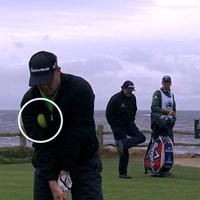 2日目の18番で待ち時間にスポンジボールを脇に挟んで(※白い円の中)素振りをして失格となったD.A.ポインツ(写真:PGA Tour) 2014年 AT&Tペブルビーチナショナルプロアマ 3日目 D.A.ポインツ