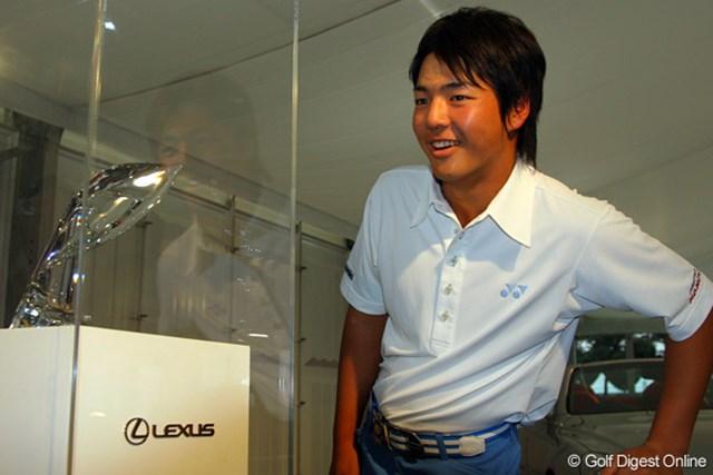 1500万円ともいわれる優勝トロフィを覗き込む石川遼