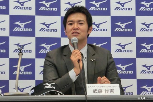 ジャパンゴルフフェアの会場で契約変更の記者会見をした武藤俊憲