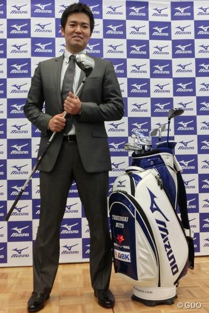 新たに契約したミズノのクラブを手に武藤俊憲は今季の抱負を語った