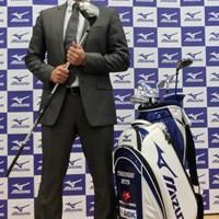 新たに契約したミズノのクラブを手に武藤俊憲は今季の抱負を語った 2014年 ジャパンゴルフフェア 武藤俊憲