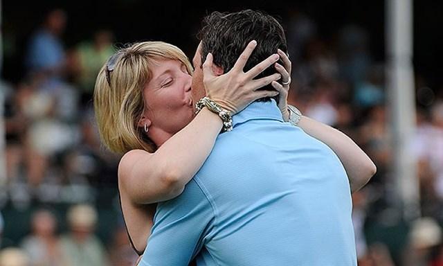2011年のソニーオープン優勝後、妻のエイミーから祝福のキスを受けるマーク・ウィルソン(写真:PGA Tour)