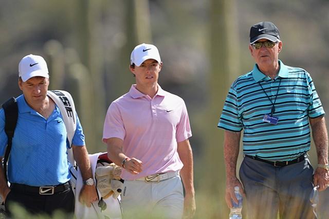 パッティングコーチ(右)とともに練習ラウンドしたマキロイは、復調に自信を深めた(Stuart Franklin/Getty Images)